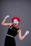 Porträt des weiblichen Pantomimen mit weißem lustigem Gesicht Stockbild
