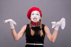 Porträt des weiblichen Pantomimen verärgert, ein Papier zerknitternd Lizenzfreies Stockfoto