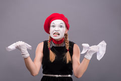 Porträt des weiblichen Pantomimen verärgert, ein Papier zerknitternd Stockbild