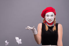 Porträt des weiblichen Pantomimen verärgert, ein Papier zerknitternd Lizenzfreie Stockfotos