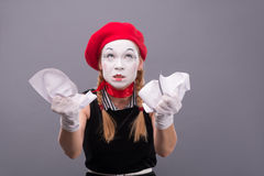 Porträt des weiblichen Pantomimen verärgert, ein Papier zerknitternd Lizenzfreie Stockfotografie