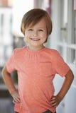 Porträt des weiblichen Schülers außerhalb des Klassenzimmers an Montessori-Schule Stockbild