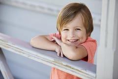 Porträt des weiblichen Schülers außerhalb des Klassenzimmers an Montessori-Schule Stockbilder