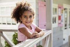 Porträt des weiblichen Schülers außerhalb des Klassenzimmers an Montessori-Schule Lizenzfreie Stockfotos