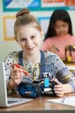 Porträt des weiblichen Schülers in der Wissenschafts-Lektion Robotik studierend Lizenzfreie Stockfotografie