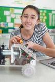 Porträt des weiblichen Schülers in der Wissenschafts-Lektion Robotik studierend Lizenzfreies Stockbild