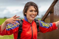 Porträt des weiblichen Skydiver, die Nerven des Anfängers nach erster im freien Fall springender Erfahrung stockfoto