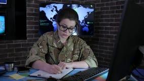 Porträt des weiblichen Soldaten mit Computer, IT-Krieg, Cybersicherheit, stock video