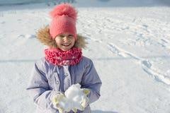 Porträt des Winters im Freien des Kindermädchens lächelnd und mit Schnee, heller sonniger Wintertag spielend stockfoto
