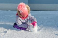 Porträt des Winters im Freien des Kindermädchens lächelnd und mit Schnee, heller sonniger Wintertag spielend lizenzfreie stockfotografie