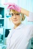 Frauenwissenschaftler im Labor stockbild
