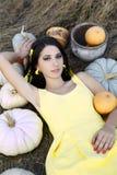 Porträt des Zaubermädchens mit Kürbisen Stockfoto