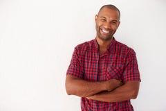Porträt des zufällig gekleideten Mannes, der an der weißen Wand sich lehnt Lizenzfreies Stockfoto