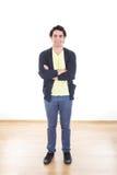 Porträt des zufälligen jungen Mannes, der mit den Armen gekreuzt steht Stockbild