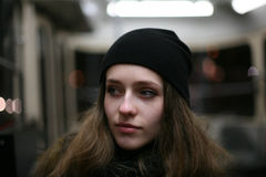 Porträt des zufälligen Transportes des Mädchenhippies öffentlich Lizenzfreie Stockfotos