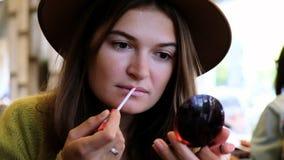 Porträt des Zutreffens der jungen Frau des Brunette bilden im Café stock footage