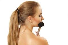 Porträt die Frau mit einer Bürste für ein Make-up Stockfotografie