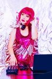 Porträt-DJ-Kopfhörer spielt des Weinleseplastikrosaprotons der Ausrüstungsdiscomädchenpartei junge Frau des Retro- Schreibtischmi stockfoto