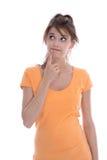 Porträt: Durchdachtes lokalisiertes junges Mädchen im orange Hemdschauen lizenzfreie stockfotos