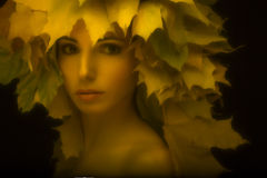 Porträt ein bezauberndes Mädchen im Retrostil mit Lizenzfreie Stockfotos