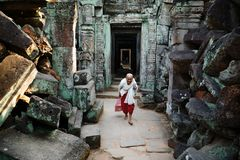 Porträt einer älteren buddhistischen Nonne im Tempel von Preah Khan lizenzfreies stockbild