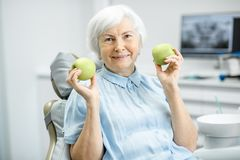 Porträt einer älteren Frau im zahnmedizinischen Büro stockfotografie