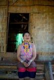 Porträt einer älteren Frau in ländlichem Laos stockbild