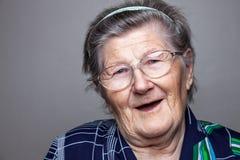 Porträt einer älteren Frau mit Gläsern stockfotos