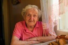 Porträt einer älteren Frau mit tiefen Falten stockbild