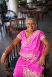 Porträt einer älteren indischen glücklichen Frau in einem festlichen nationalen Sari lizenzfreie stockfotos