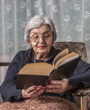 Porträt einer alte Frauen-Lesung stockfotos