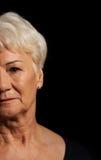 Porträt einer alten attraktiven Dame über Schwarzem stockbilder