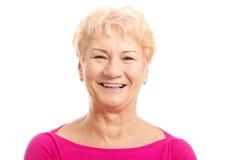 Porträt einer alten Frau im rosa Hemd. lizenzfreies stockfoto