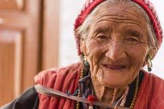 Porträt einer alten tibetanischen Frau lizenzfreies stockbild