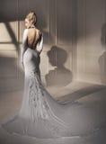 Porträt einer attraktiven blonden Dame, die ein fabelhaftes Kleid trägt Stockfotografie