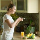 Porträt einer attraktiven foodstagramming Frau Lizenzfreie Stockbilder