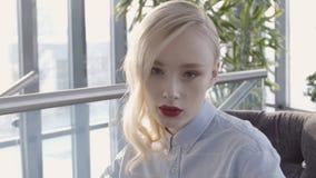 Porträt einer attraktiven Frau mit angemessener Haut und den hellen Lippen stock video footage