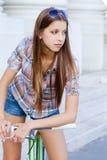 Porträt einer attraktiven jungen Frau mit fixie b Lizenzfreie Stockfotografie