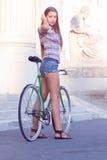 Porträt einer attraktiven jungen Frau mit fixie b lizenzfreies stockfoto