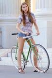Porträt einer attraktiven jungen Frau mit fixie b stockbild