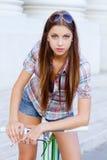 Porträt einer attraktiven jungen Frau mit fixie b stockbilder