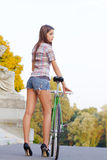 Porträt einer attraktiven jungen Frau mit fixie b lizenzfreie stockfotos