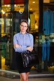 Porträt einer attraktiven jungen Geschäftsfrau Holding ein Aktenkoffer Lizenzfreie Stockfotos