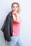 Porträt einer attraktiven modischen Frau Stockfotografie