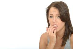 Porträt einer besorgten erschrockenen attraktiven jungen Frau gesorgt um ein Problem stockbild