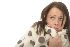 Porträt einer besorgten erschrockenen einsamen unglücklichen jungen Frau im Hausmantel Lizenzfreies Stockbild