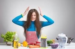 Porträt einer betonten Hausfrau in der Küche Lizenzfreie Stockfotos