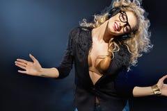 Porträt einer blonden Dame mit Kopfhörern Stockbild
