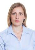 Porträt einer blonden deutschen Frau in der blauen Bluse Lizenzfreies Stockfoto