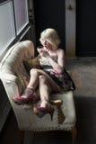 Blonde Frau, die einen rosa Martini trinkt Stockfotos